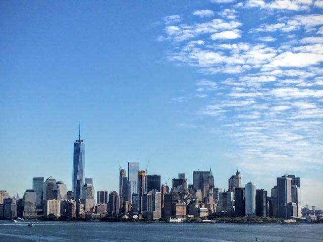 how-to-visit-the-statue-of-liberty-manhattan-skyline