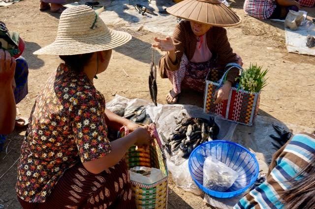 Inle lake tour Inle Lake market buying fish